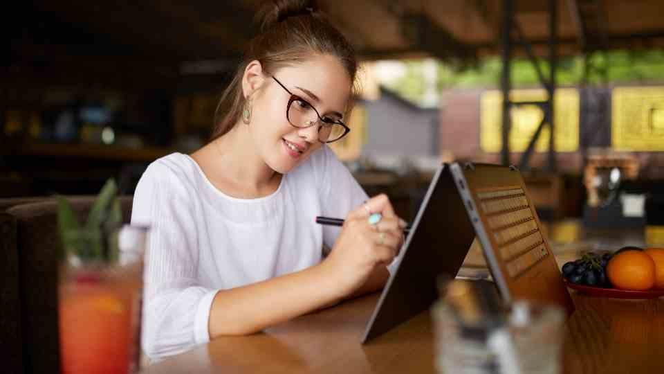 mulher desenhando em tablet