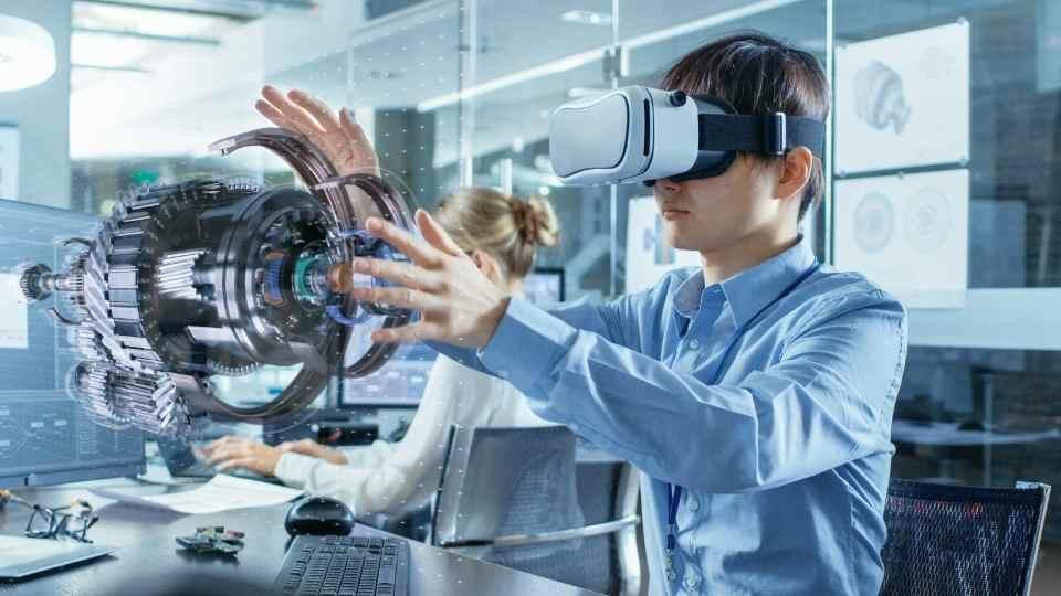 rapaz experimentando realidade aumentada em óculos