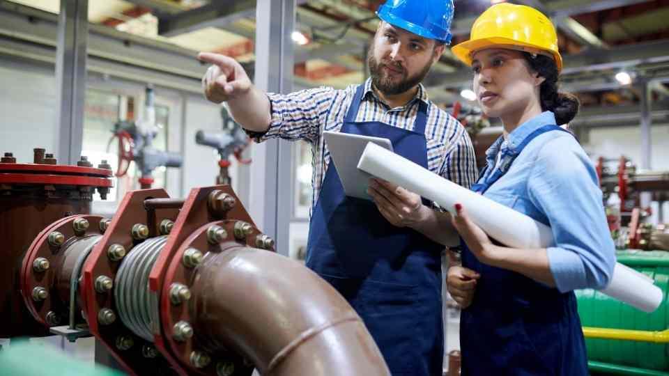 dois engenheiros em supervisão hidráulica