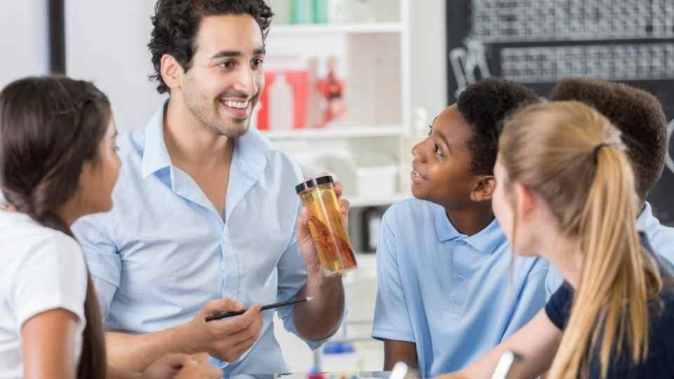 professor com alunos em sala