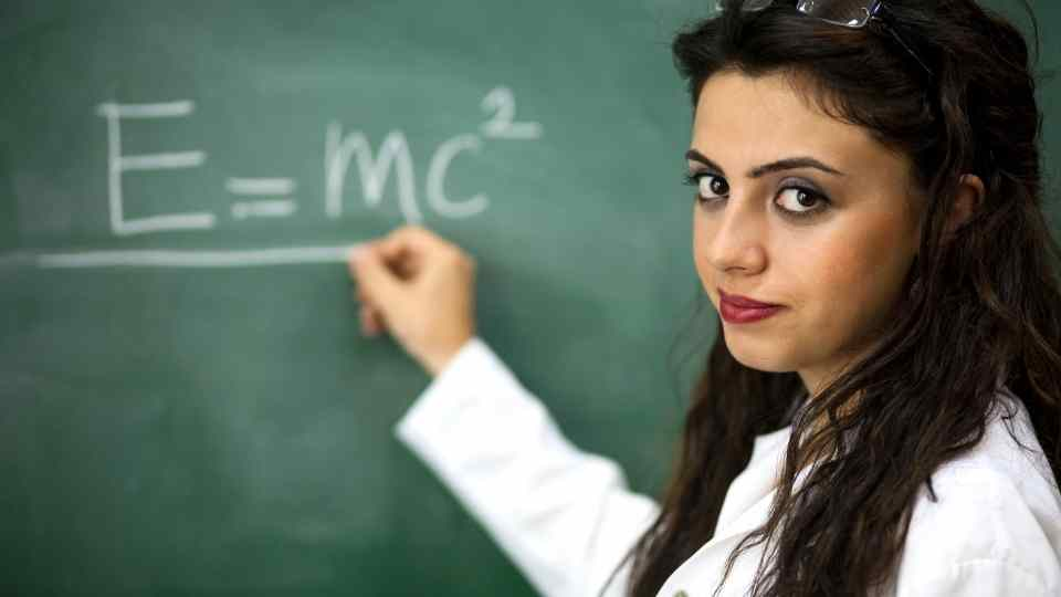 professora em quadro negro