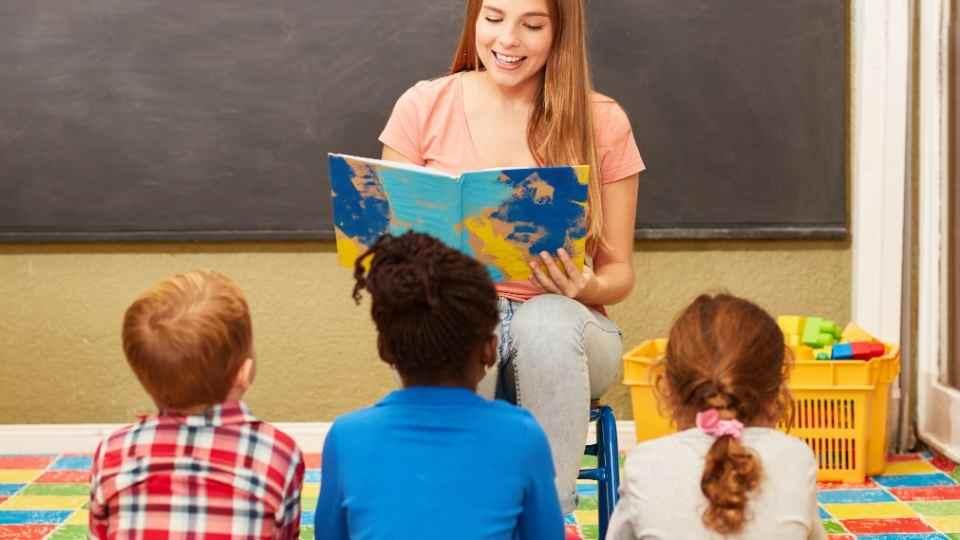 professora lendo para crianças em sala