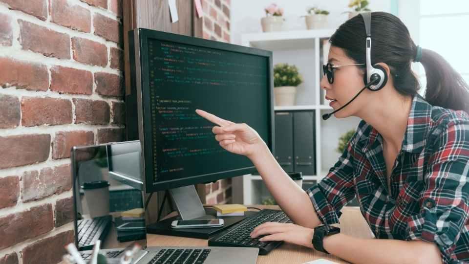 mulher utilizando programação no computador