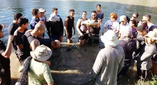 estudantes na base de pesca da universidade