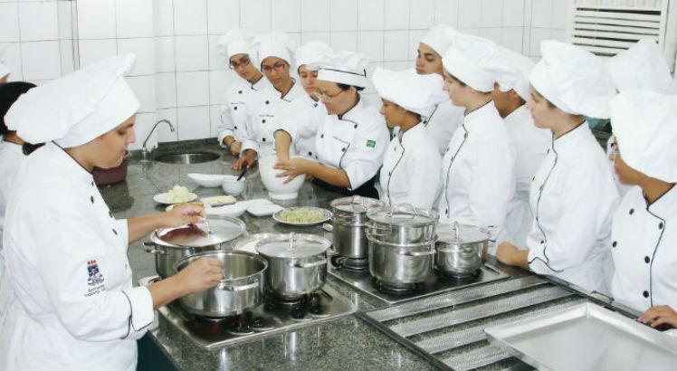 estudantes e professora em aula prática