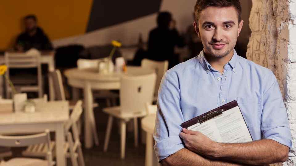 rapaz gerente de restaurante